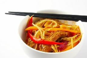 Тайландски спагети с месо и зеленчуци